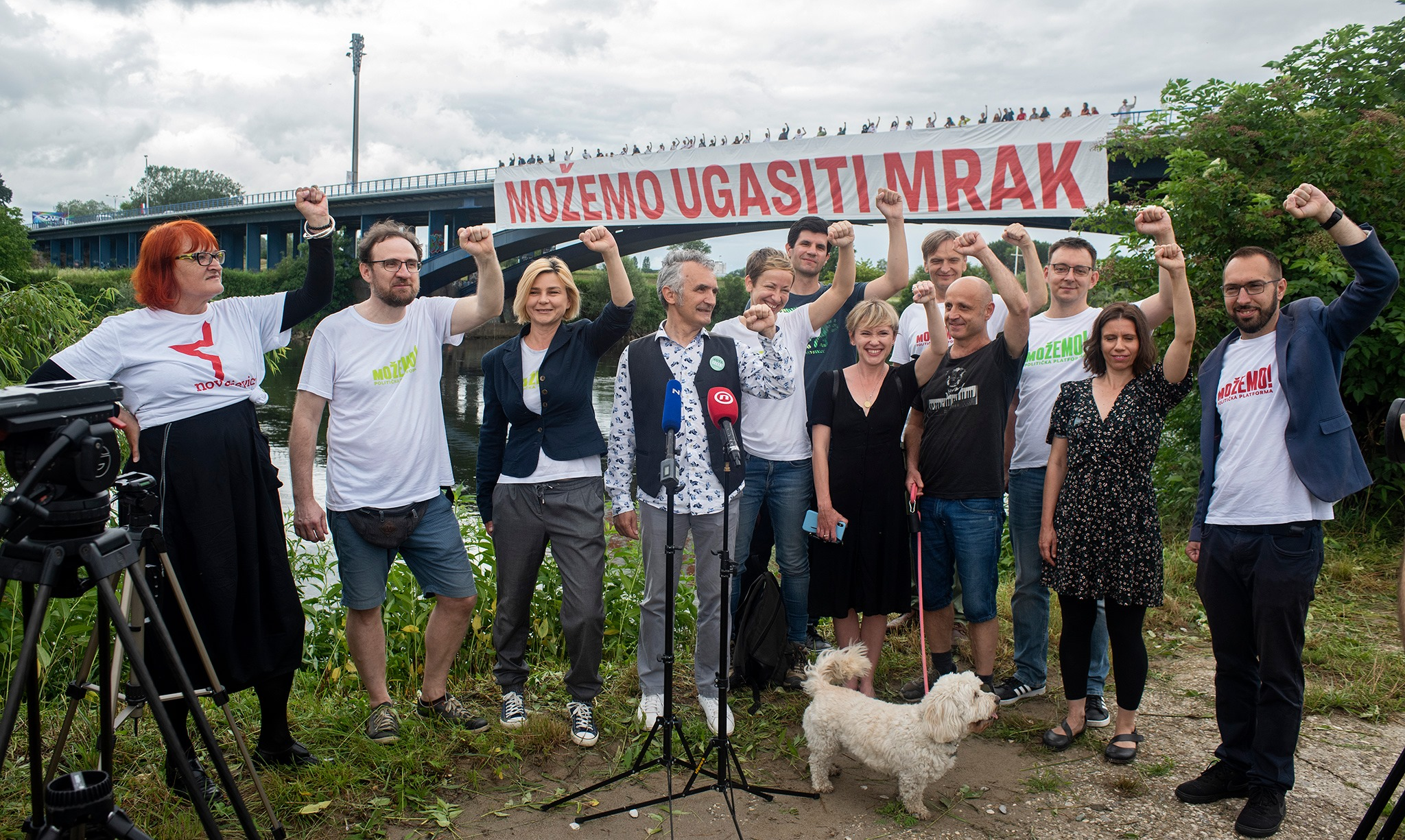 """Jutros smo na Mostu slobode razvili 50-metarski transparent """"MOŽEMO UGASITI MRAK""""!"""
